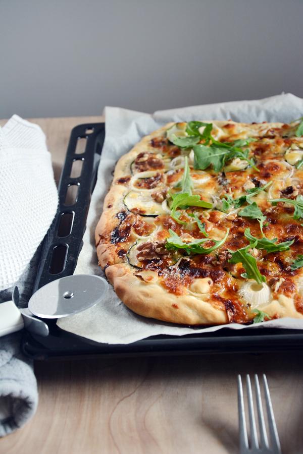 pizza bez sosu pomidorowego z gorgonzola i rukola 1