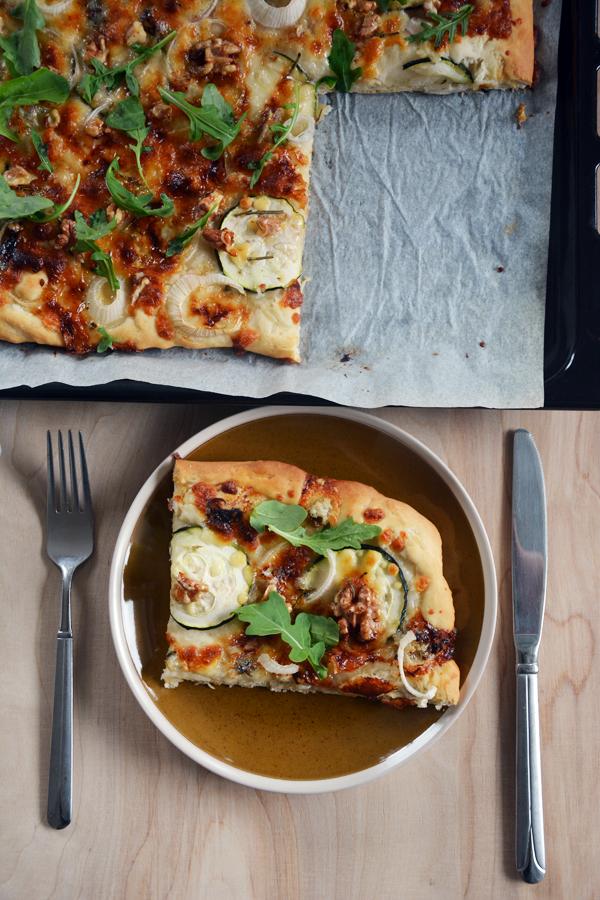 pizza bez sosu pomidorowego z gorgonzola i rukola 2