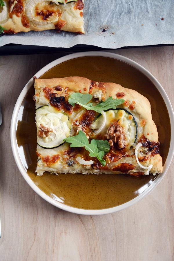 pizza bez sosu pomidorowego z gorgonzola i rukola 3